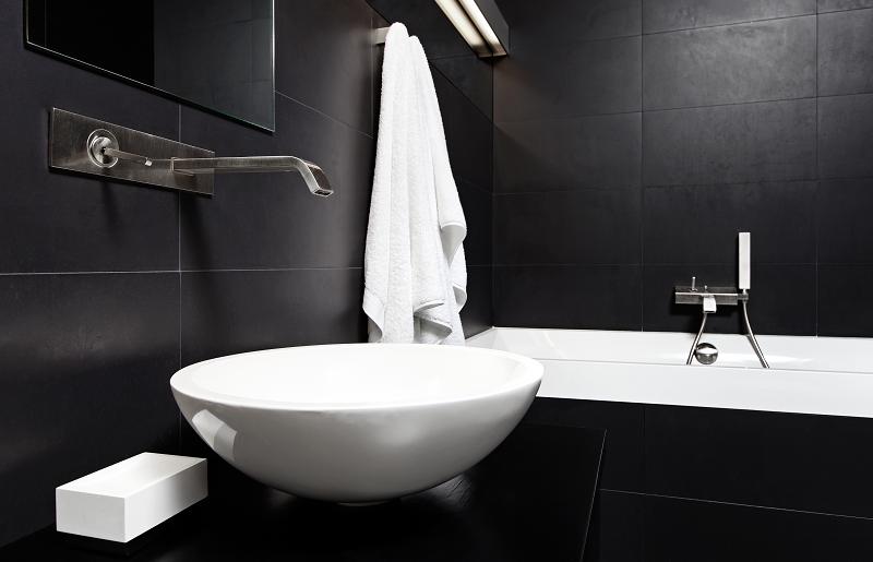 Parede preta para banheiro preto
