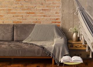 4 formas de usar uma manta para sofá