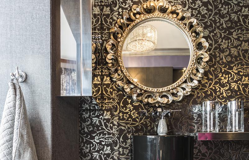 Banheiro pequeno com papel de parede
