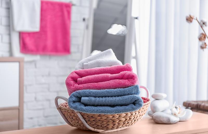 Banheiro pequeno - cesto de toalhas
