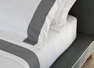 Tecido dem cetim: descubra esse conforto para suas noites