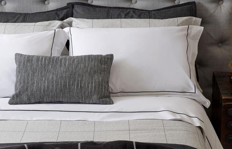 quartos-modernos-listras-camas-de-casal-modernas